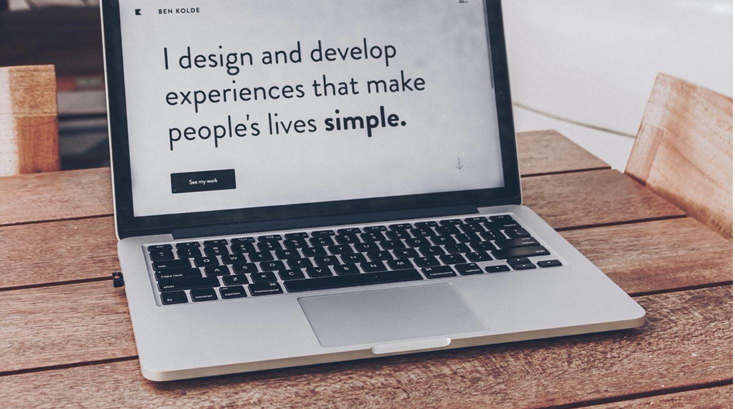 Bilde av en Mac som viser det kjente sitatet fra Ben Kolde I design and develop experiences that make people's lives simple. Det er viktig å se på design når vi kartlegger kundereisen i CX-arbeidet.