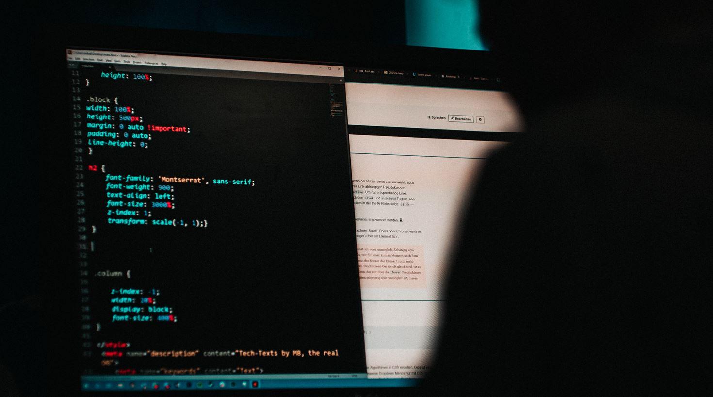 Illustrasjonsbilde av en person som skriver kode på en pc
